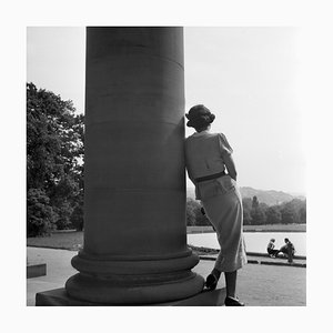 Frau stützte sich auf Säule Cannstatt, Stuttgart Deutschland, 1935