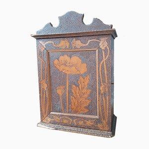 Mobiletto Art Nouveau in legno intagliato