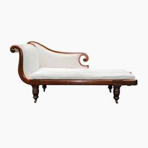 Chaise longue inglesa Regency de caoba con cojín en crema, patas torneadas y ruedas de porcelana