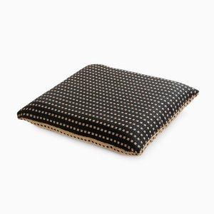 Cuscino in carta e nylon bianco e nero di Trine Ellitsgaard