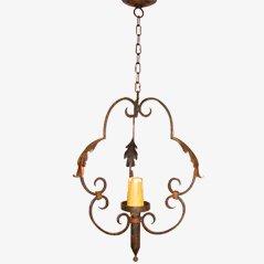 Linterna antigua de hierro con alas doradas