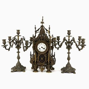 Reloj de mesa estilo gótico antiguo y candelabros de bronce, siglo XIX. Juego de 3