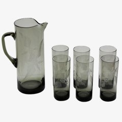 Jarra de vidrio ahumado con seis vasos, años 50