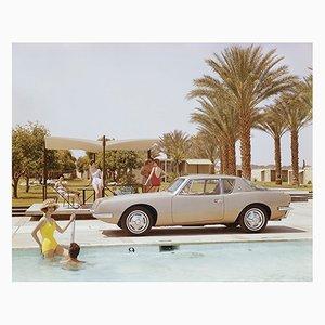 Freunde, die Spaß in der Nähe von Pool C-Type Druck von Archive Photos