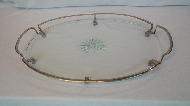 Ovales mid century glastablett mit verchromten griffen bei - Ovale wandregale ...
