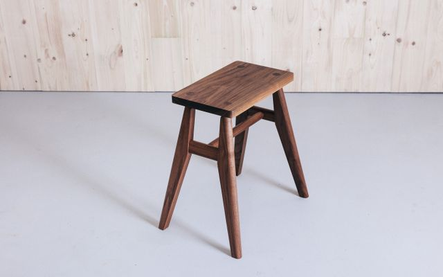 Sgabello pianoforte tastiera legno tre piedi noce seduta ecopelle