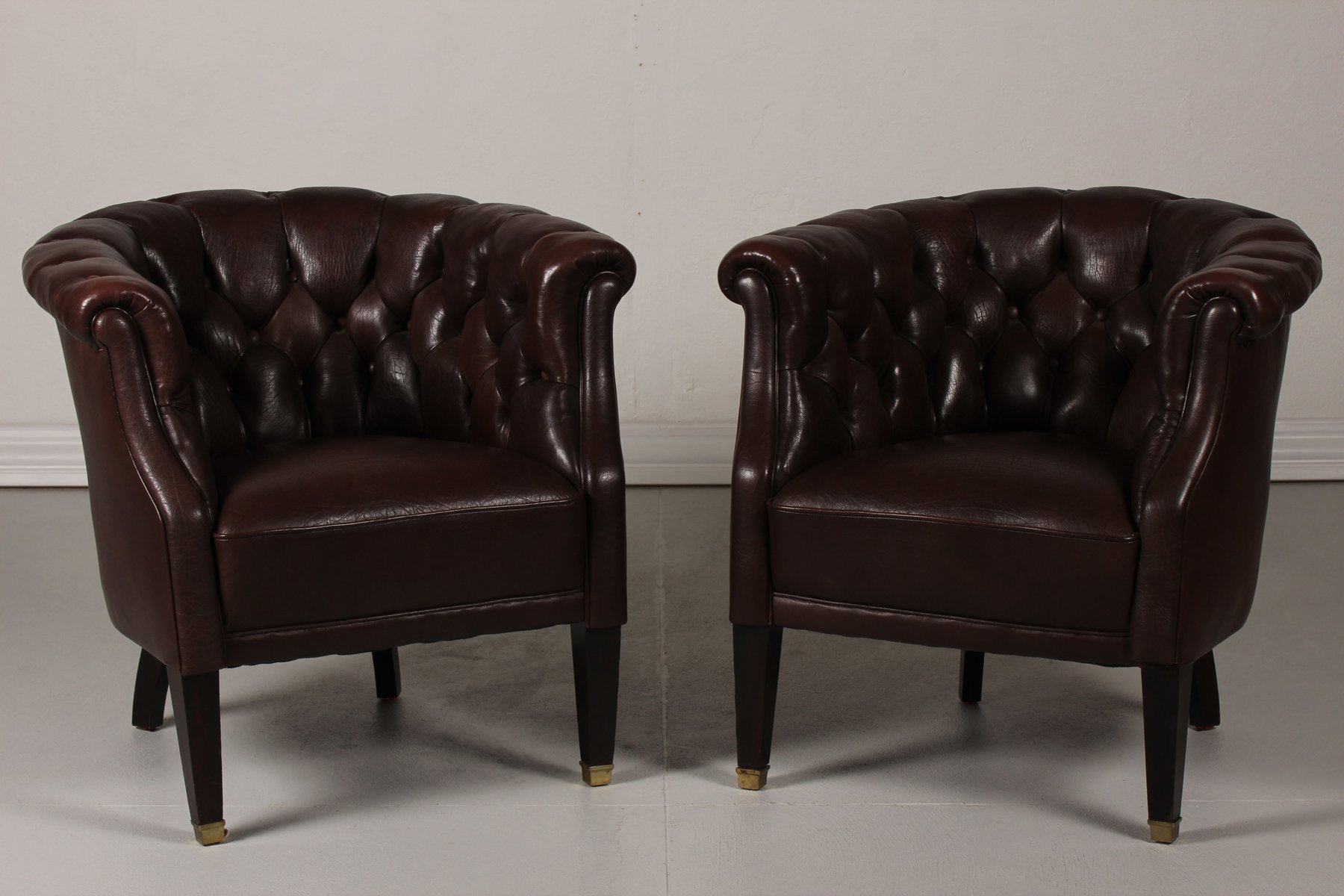 Superbe Danish Chesterfield Dark Brown Leather Armchairs, 1920s, Set Of 2