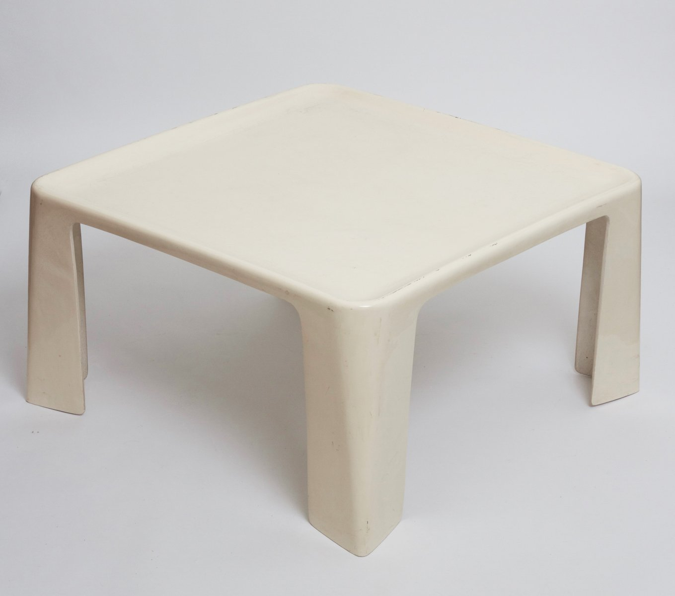 table basse amanta en fibre de verre par mario bellini. Black Bedroom Furniture Sets. Home Design Ideas