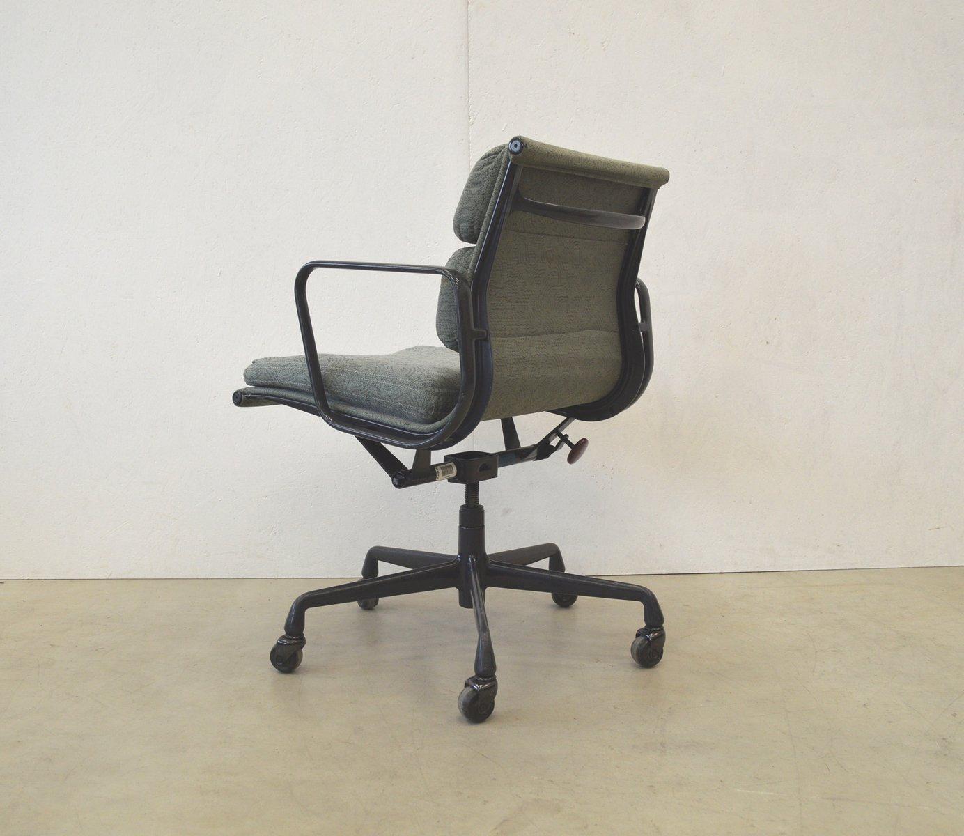 chaise de bureau ea217 en aluminium par charles ray eames pour herman miller etats unis. Black Bedroom Furniture Sets. Home Design Ideas