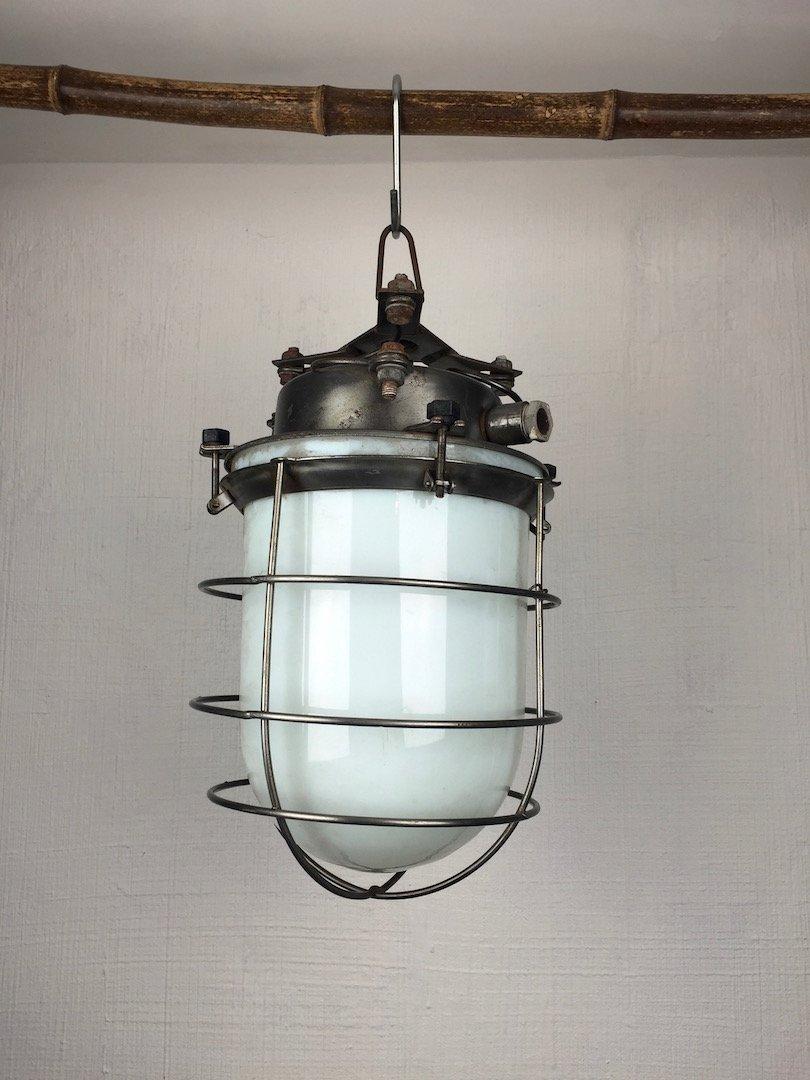 Industrielle Vintage Hängelampe aus Opalglas & Stahlgitter