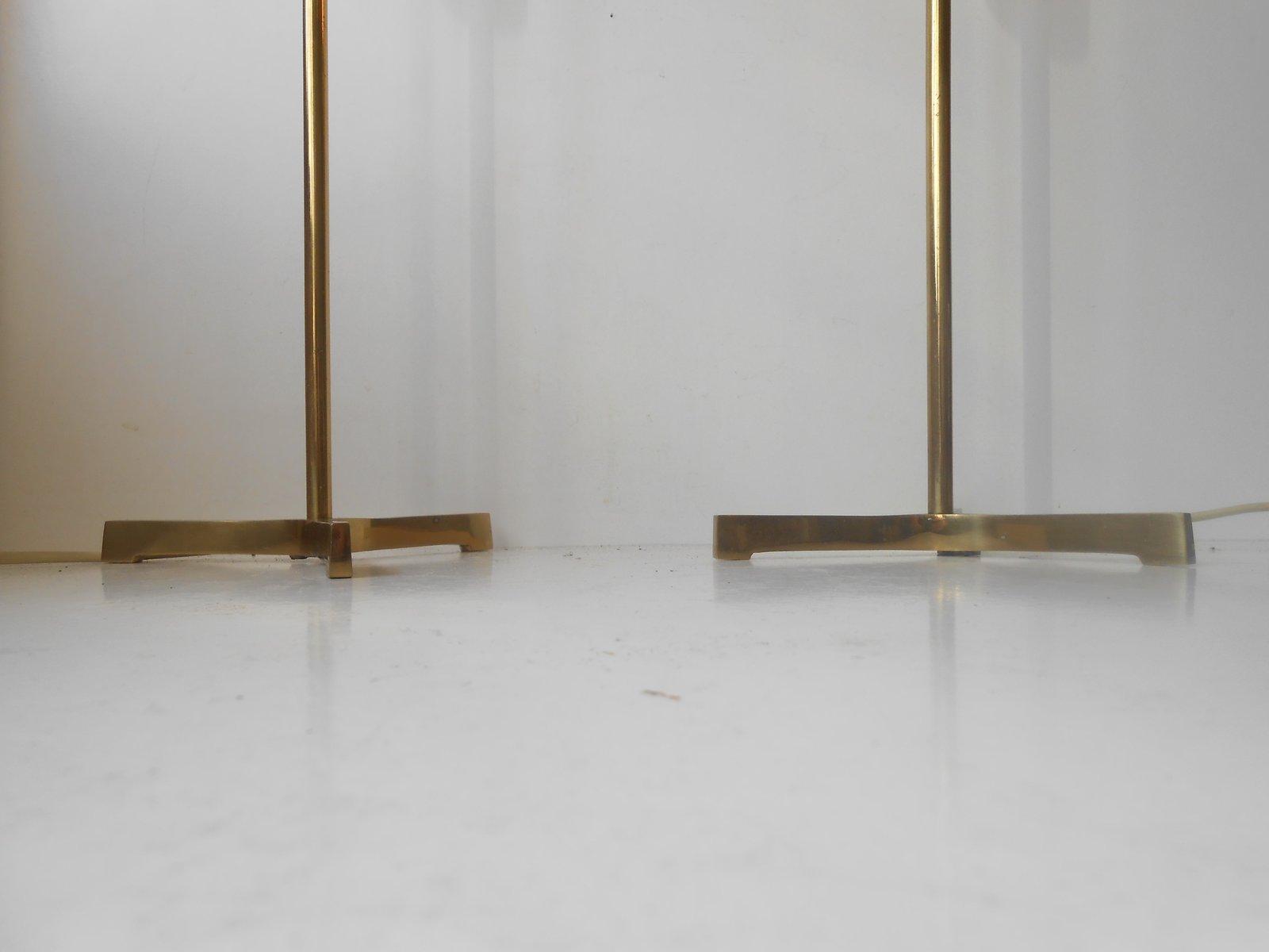 https://cdn20.pamono.com/p/z/1/3/135602_stllnisho9/lampade-da-tavolo-moderne-tripodi-in-ottone-con-lampadine-xl-scandinavia-anni-60-set-di-2-immagine-4.jpg