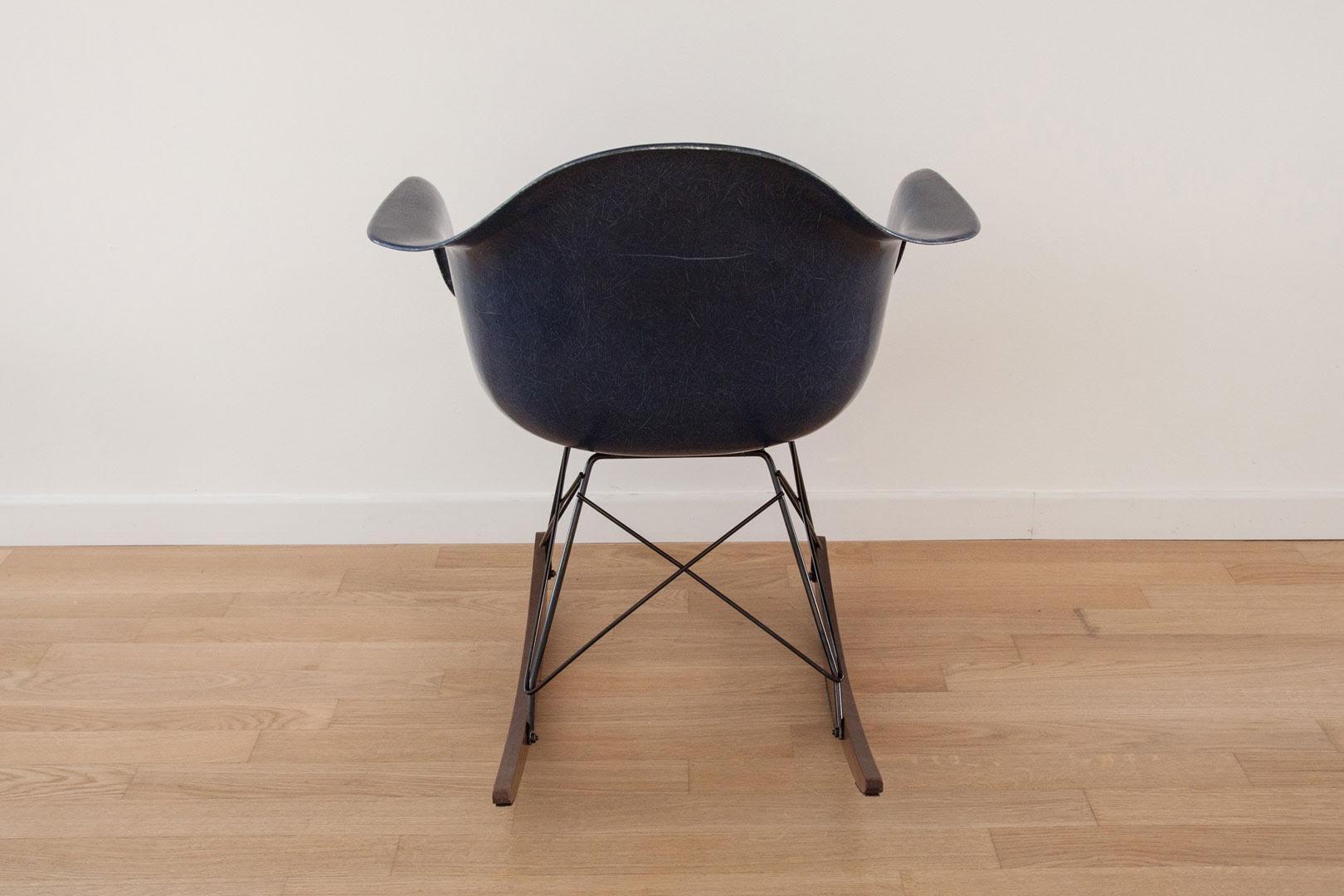 vintage schalen schaukelstuhl von charles ray eames f r herman miller bei pamono kaufen. Black Bedroom Furniture Sets. Home Design Ideas
