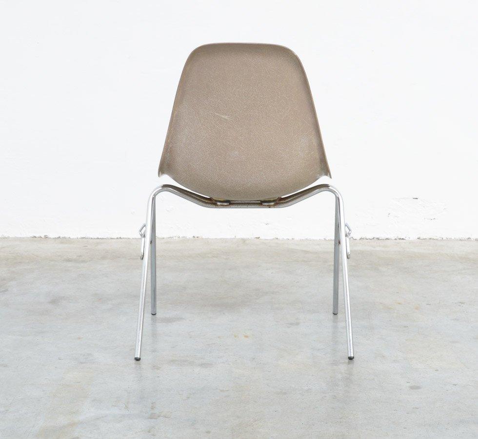 Sedia in fibra di vetro di charles ray eames per herman for Sedia ufficio herman miller