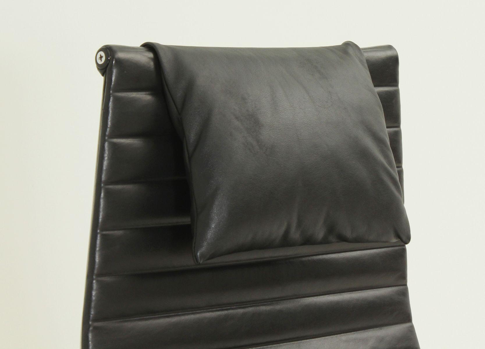 Poltrona ea 124 in pelle nera di charles & ray eames anni 60 in