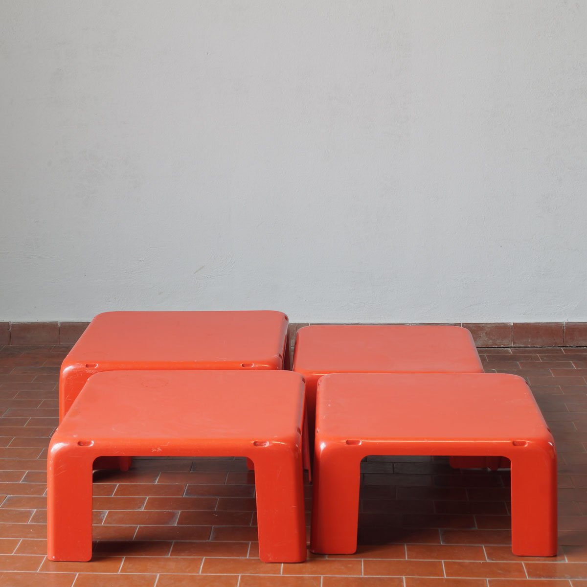 Tavolini da caffè Quattro Gatti in fibra di vetro di Mario Bellini ...