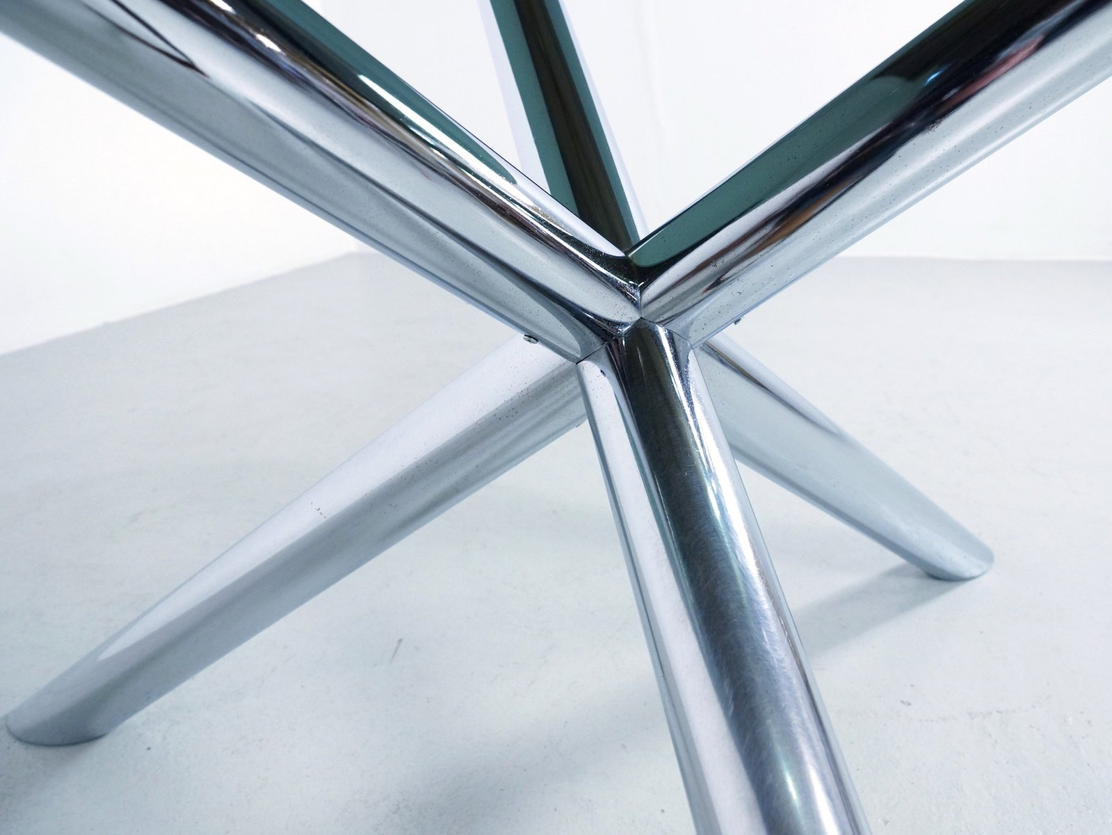 table de salon en chrome et en verre fum par roche bobois. Black Bedroom Furniture Sets. Home Design Ideas