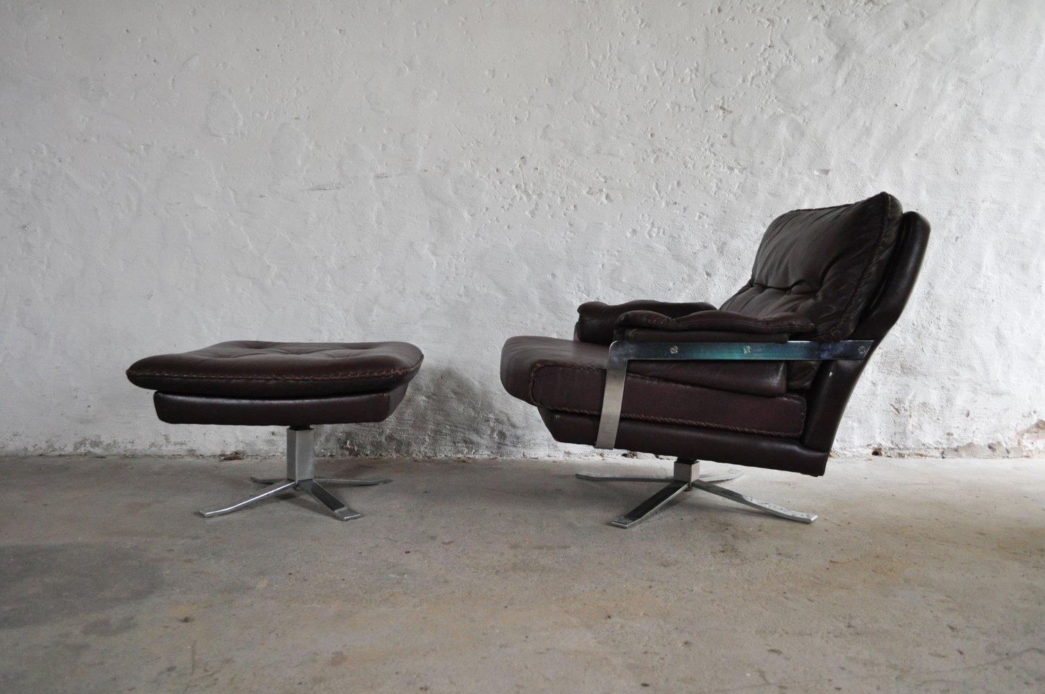 Rotbrauner Vintage Sessel aus Leder & Chrom mit Hocker von Arne Norell...