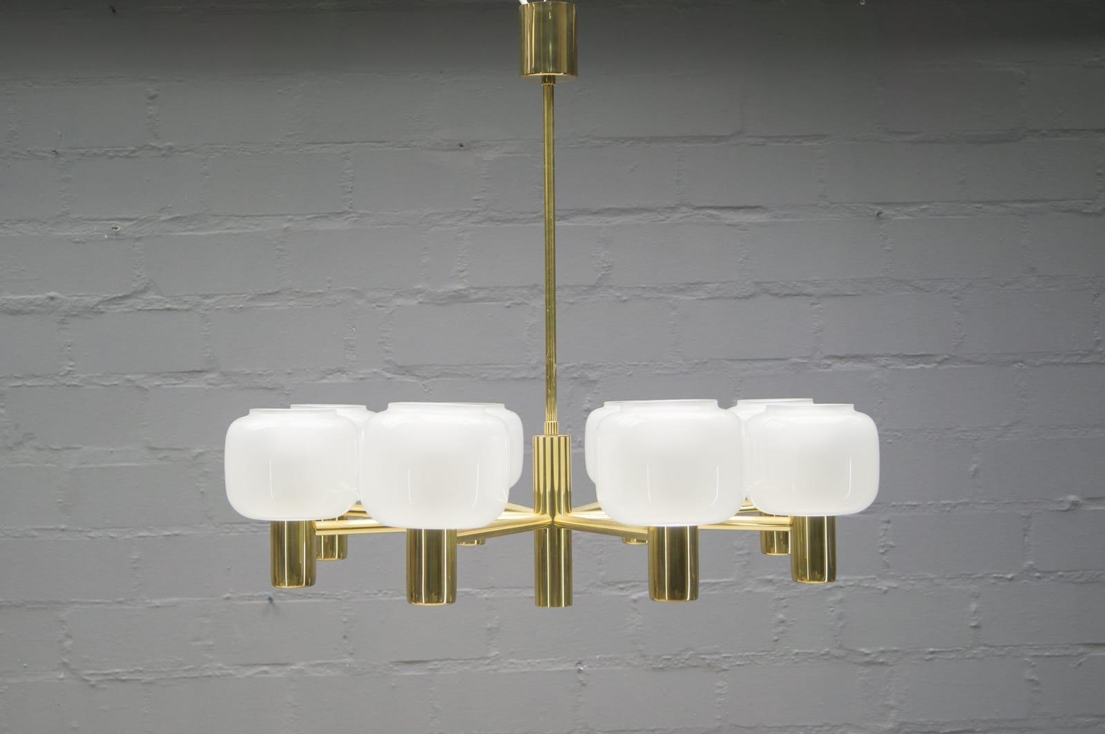 Kronleuchter aus Opalglas & Messing mit Acht Leuchten, 1960er