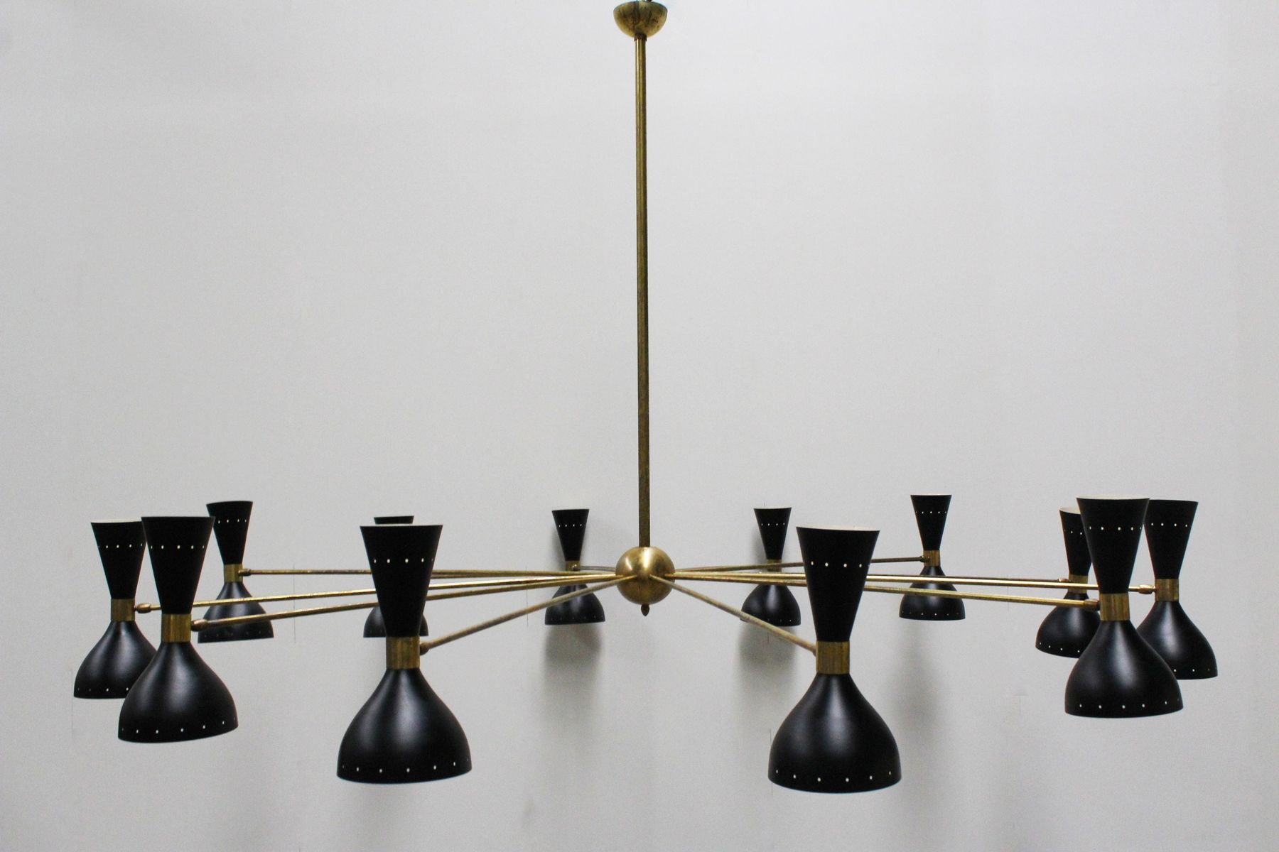 italienischer mid century kronleuchter aus messing schwarzem metall 1950er bei pamono kaufen. Black Bedroom Furniture Sets. Home Design Ideas