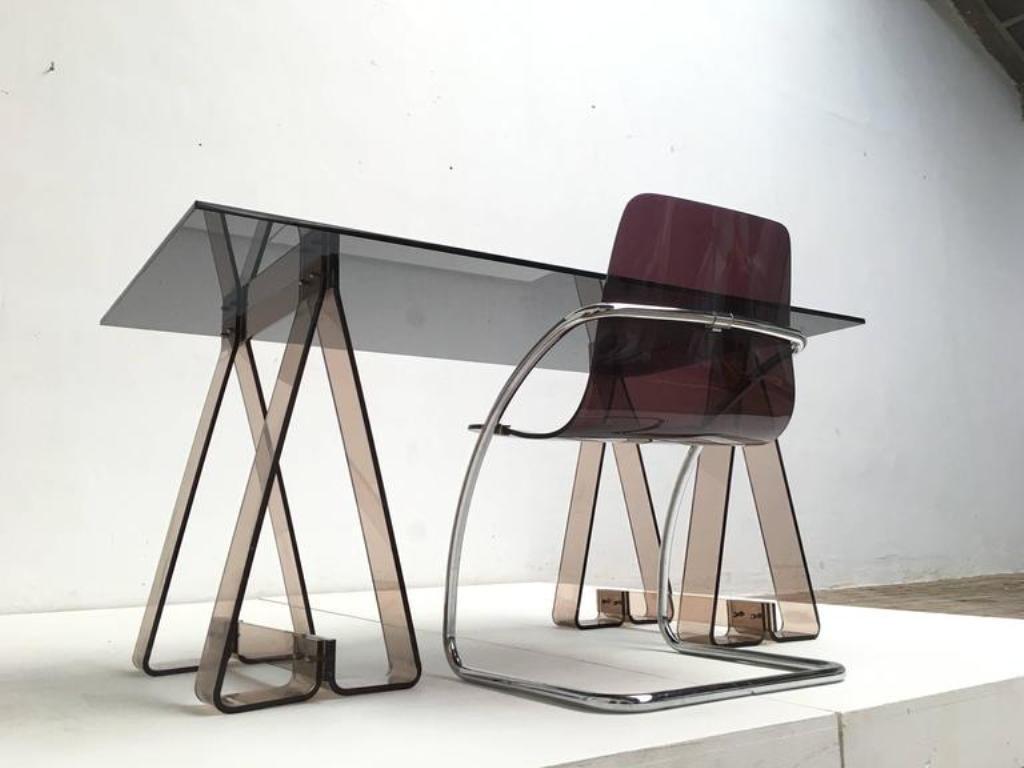 Bureau à tréteaux en acrylique fumé et verre avec chaise en lucite
