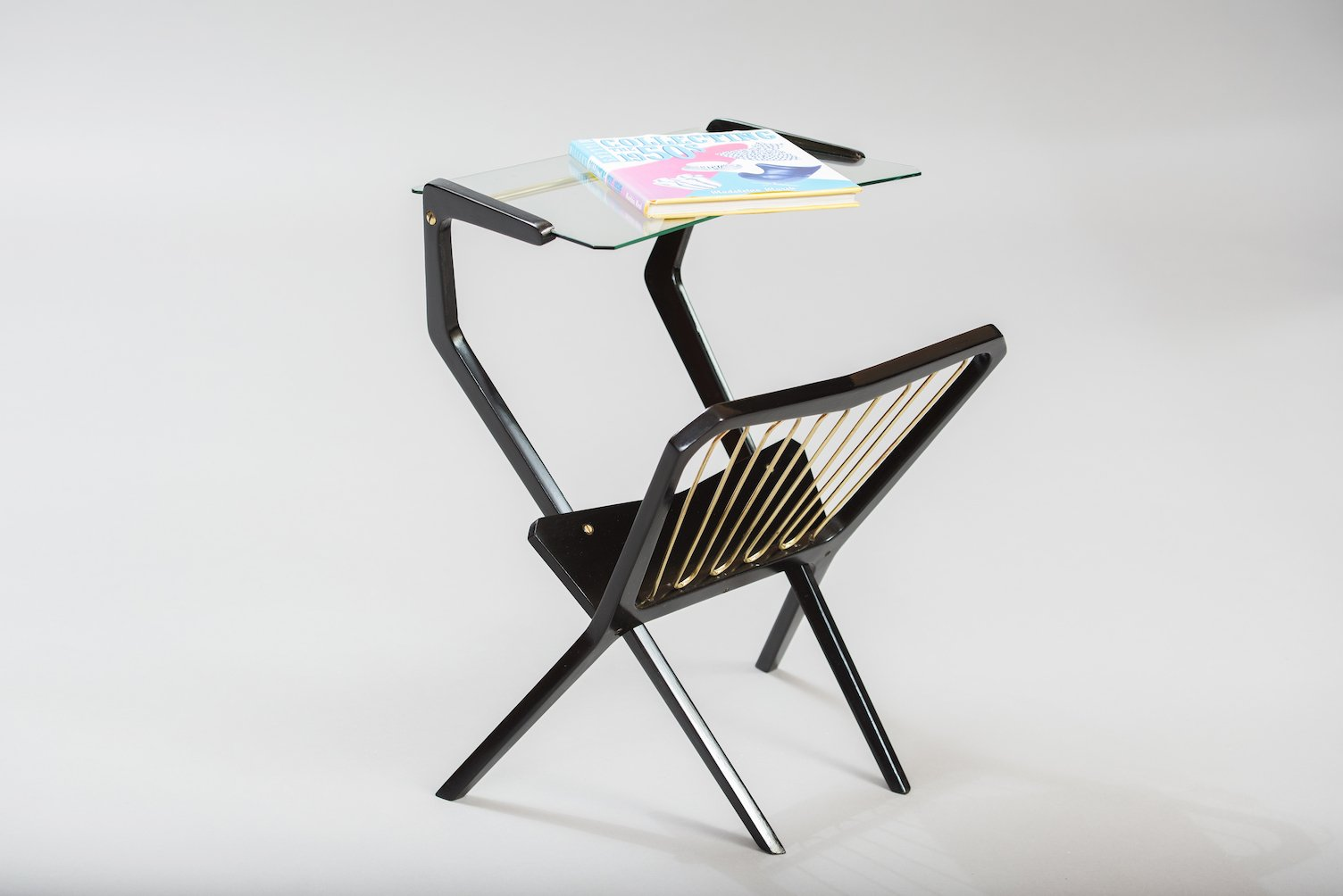 table d 39 appoint vintage avec porte revues italie en vente sur pamono. Black Bedroom Furniture Sets. Home Design Ideas