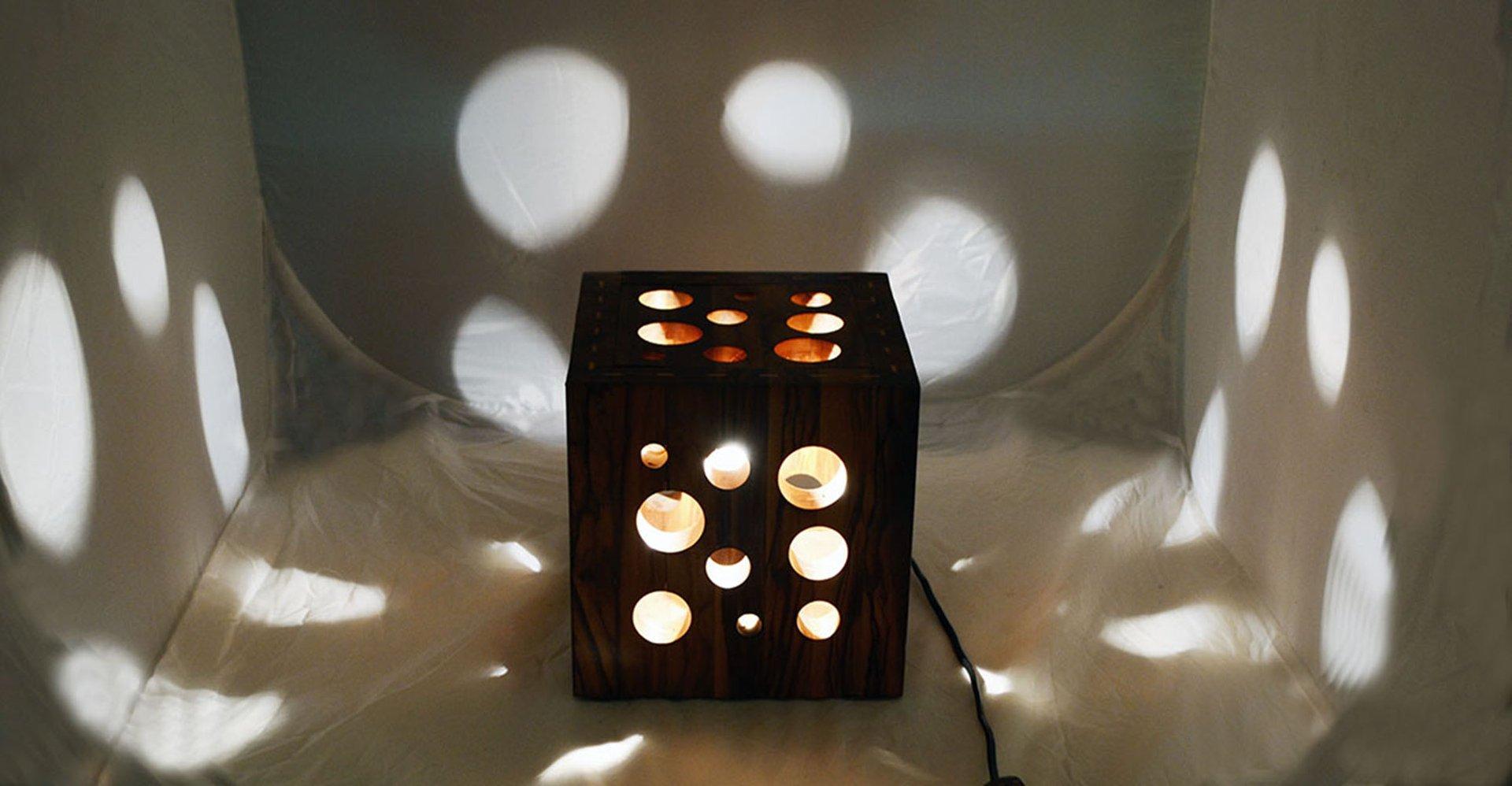 Lampe de bureau fait main en bois dolivier italie 1970s en vente