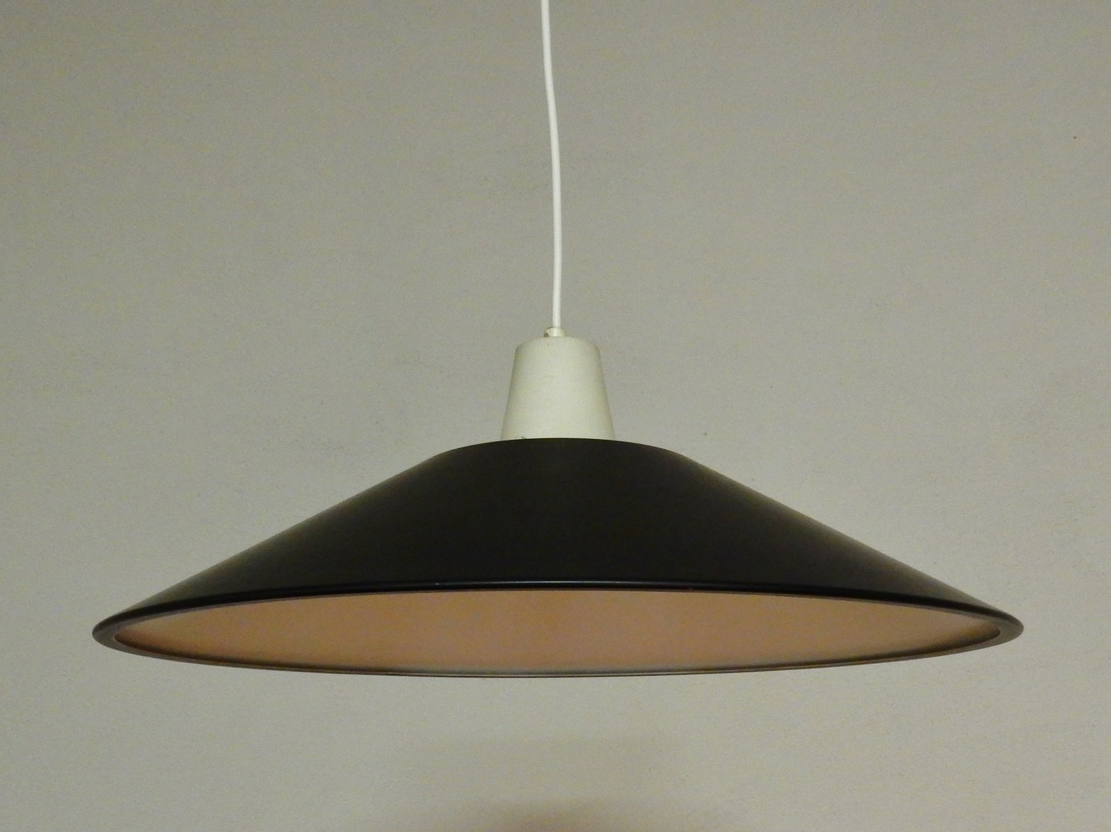 lackierte mid century h ngelampe in schwarz und wei 1950er bei pamono kaufen. Black Bedroom Furniture Sets. Home Design Ideas