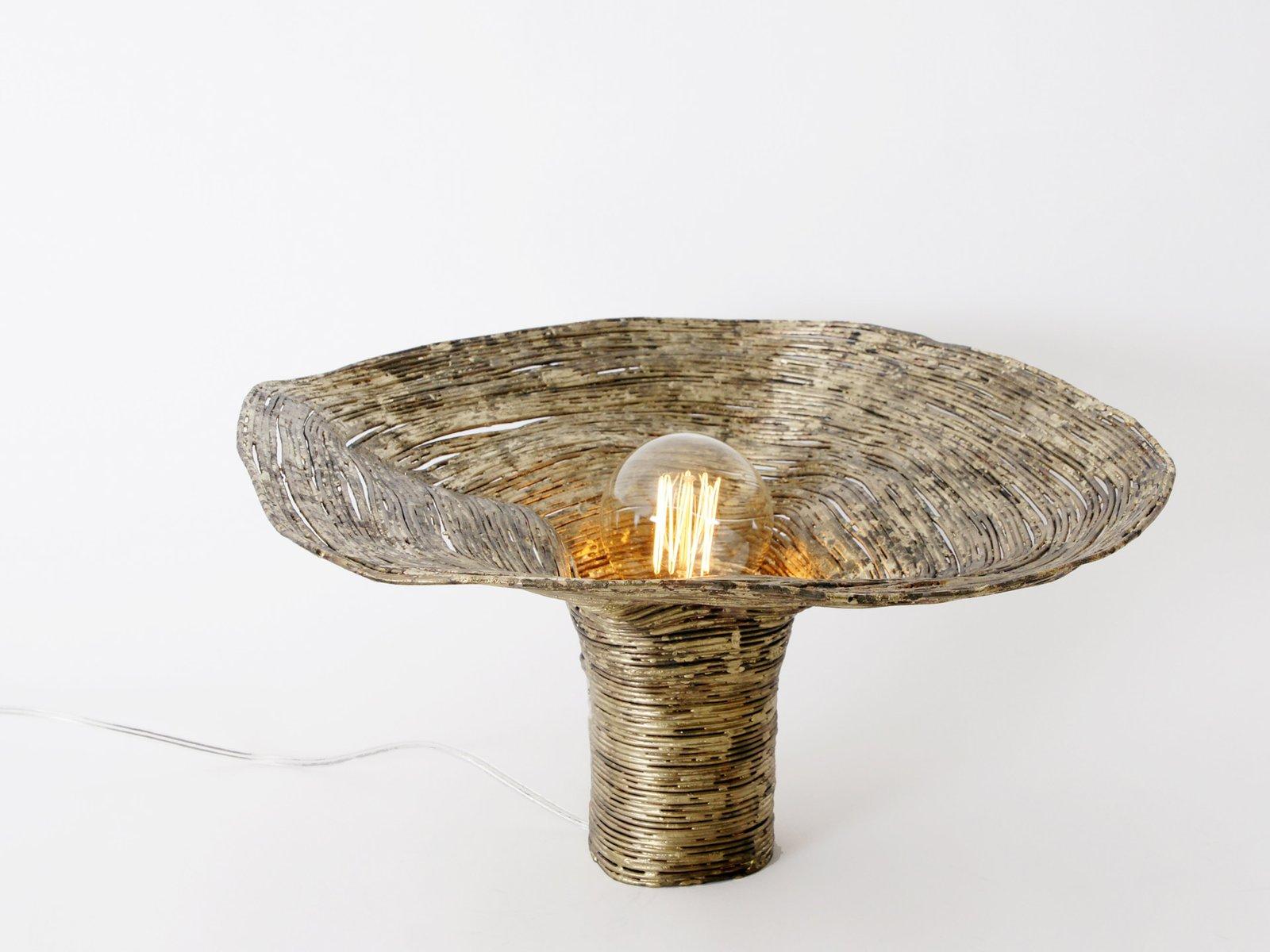 Lampada da tavolo wrap in legno di abete di johannes - Lampada da tavolo legno ...