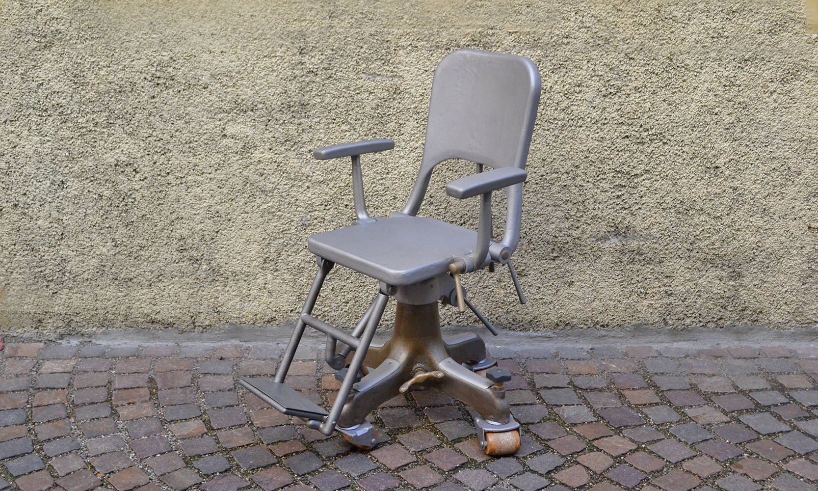 Sedia da dentista su ruote in alluminio inizio xx secolo in vendita
