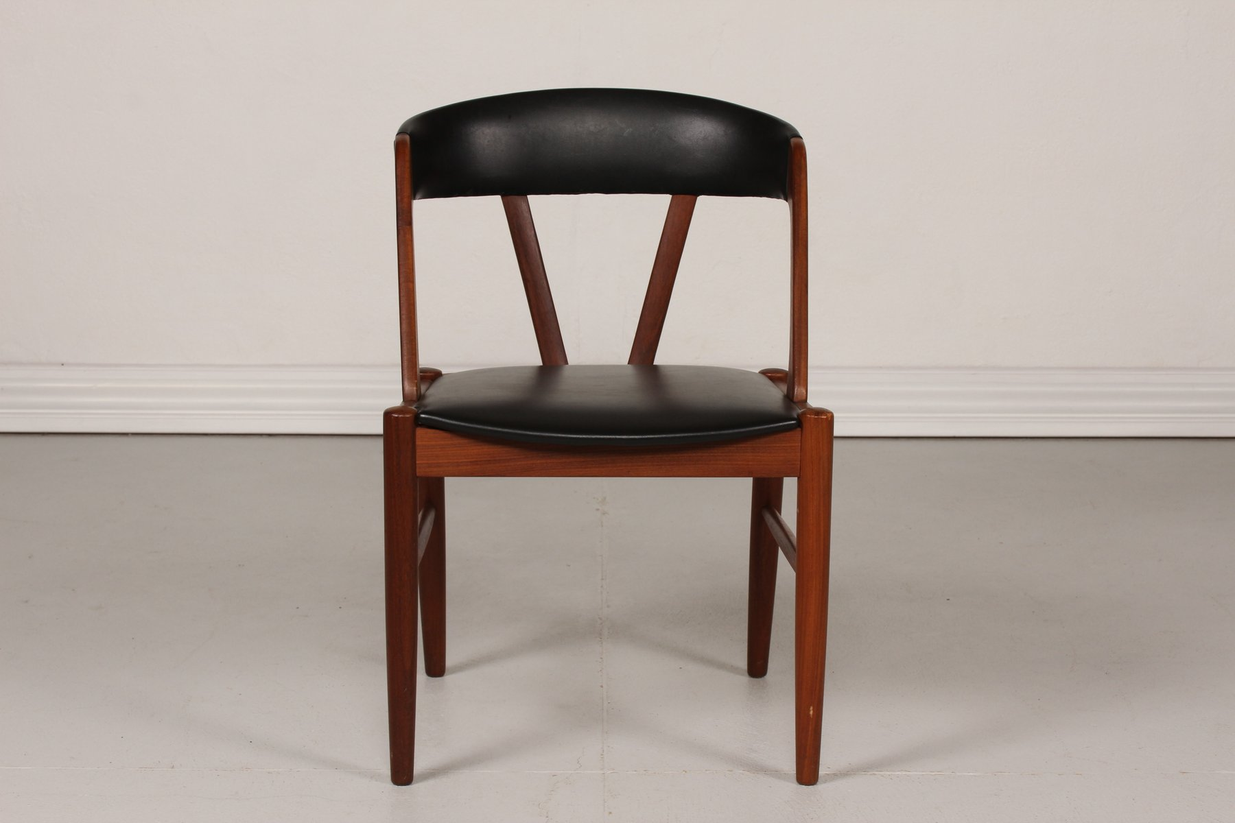 Sedia da scrivania in teak con seduta in similpelle nera for Sedia da scrivania design