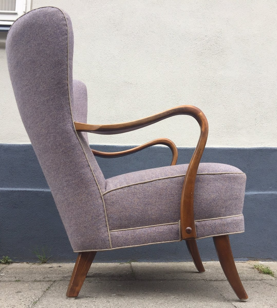 d nischer lila sessel mit hoher r ckenlehne von alfred. Black Bedroom Furniture Sets. Home Design Ideas