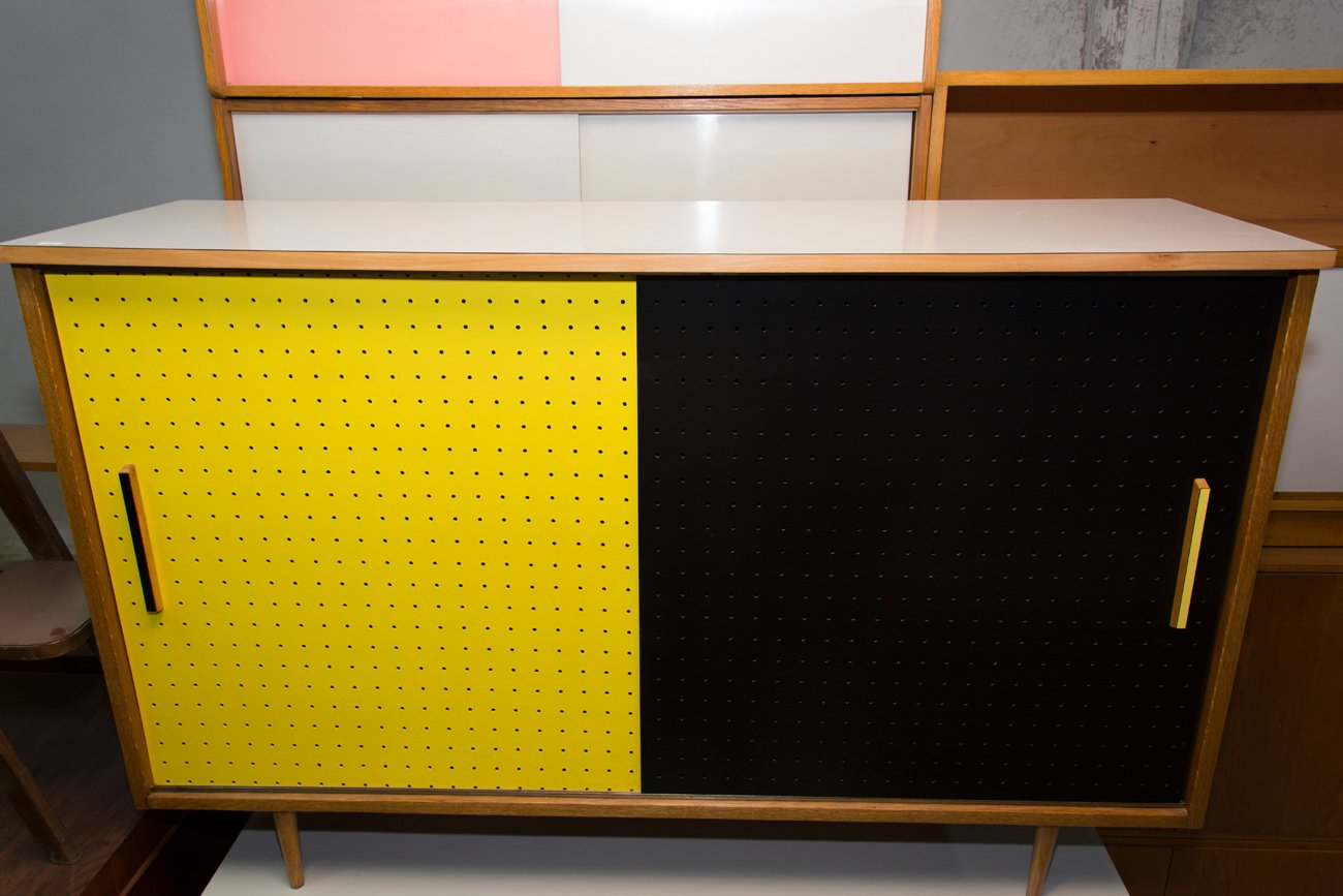 mid century schrank mit schiebet ren von interier praha 1960er bei pamono kaufen. Black Bedroom Furniture Sets. Home Design Ideas