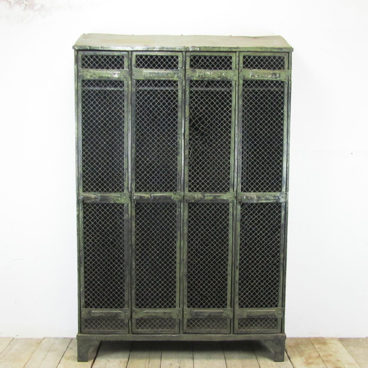 vestiaire industriel vintage 4 portes de strafor 1930s en vente sur pamono. Black Bedroom Furniture Sets. Home Design Ideas