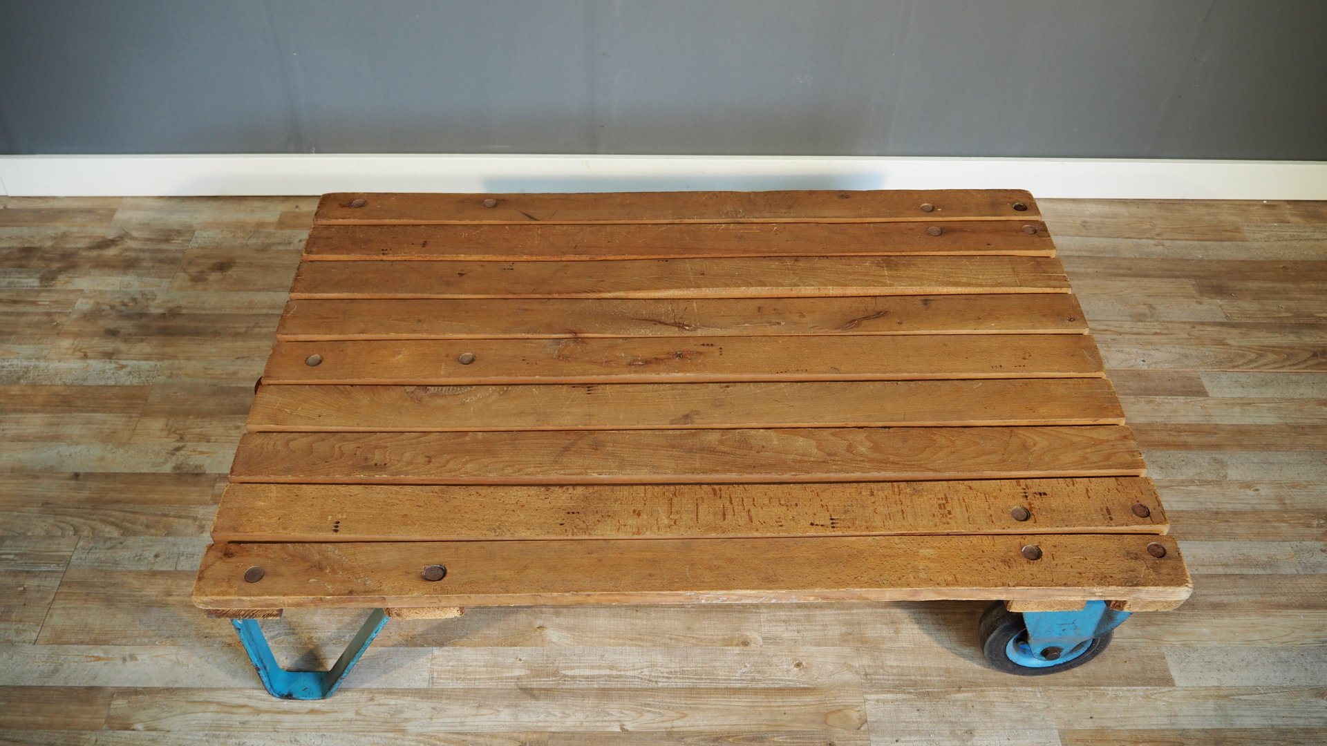 gro er industrieller paletten couchtisch 1930er bei pamono kaufen. Black Bedroom Furniture Sets. Home Design Ideas