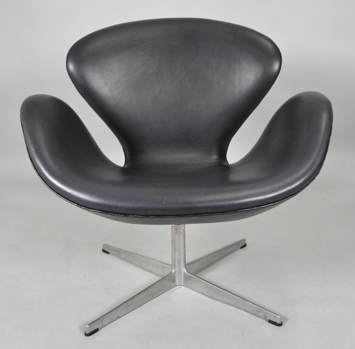 fauteuil swan mid century en cuir noir par arne jacbosen pour fritz hansen en vente sur pamono. Black Bedroom Furniture Sets. Home Design Ideas