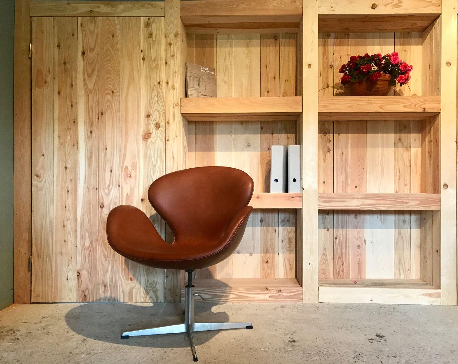 vintage leder swan stuhl von arne jacobsen f r fritz hansen bei pamono kaufen. Black Bedroom Furniture Sets. Home Design Ideas