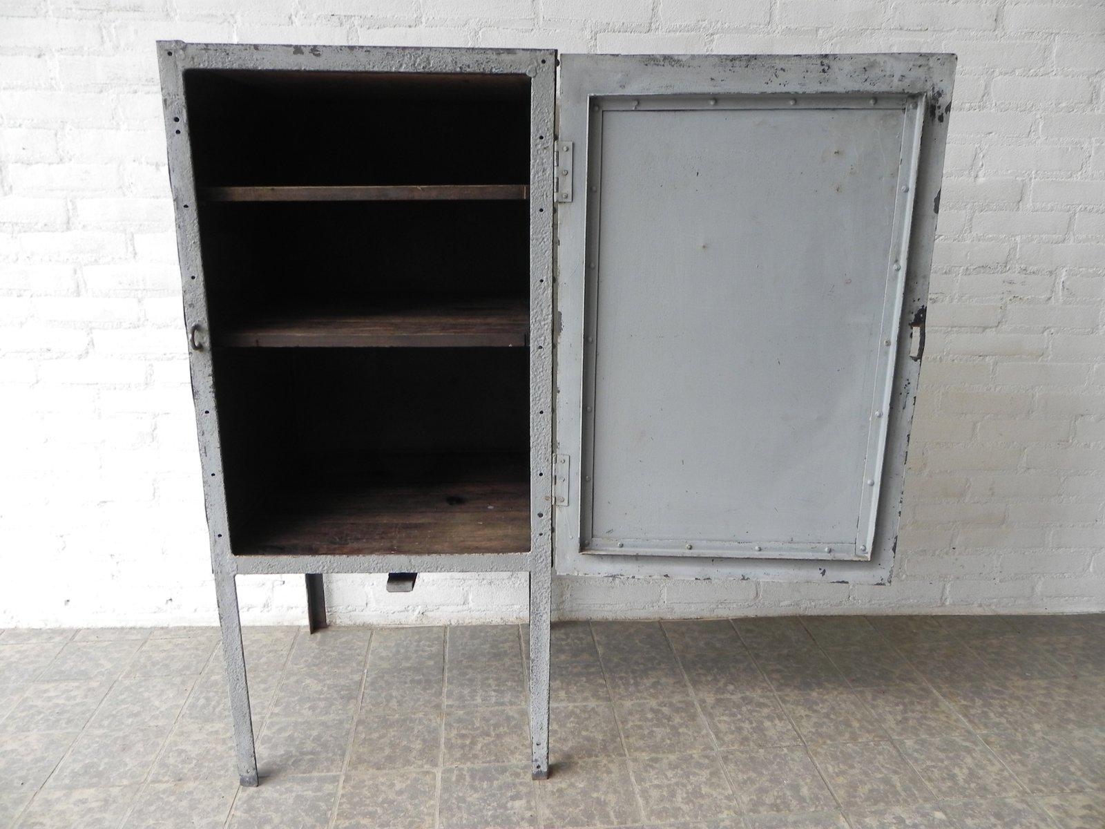 meuble industriel en acier sur pieds avec portes 1960s en vente sur pamono. Black Bedroom Furniture Sets. Home Design Ideas