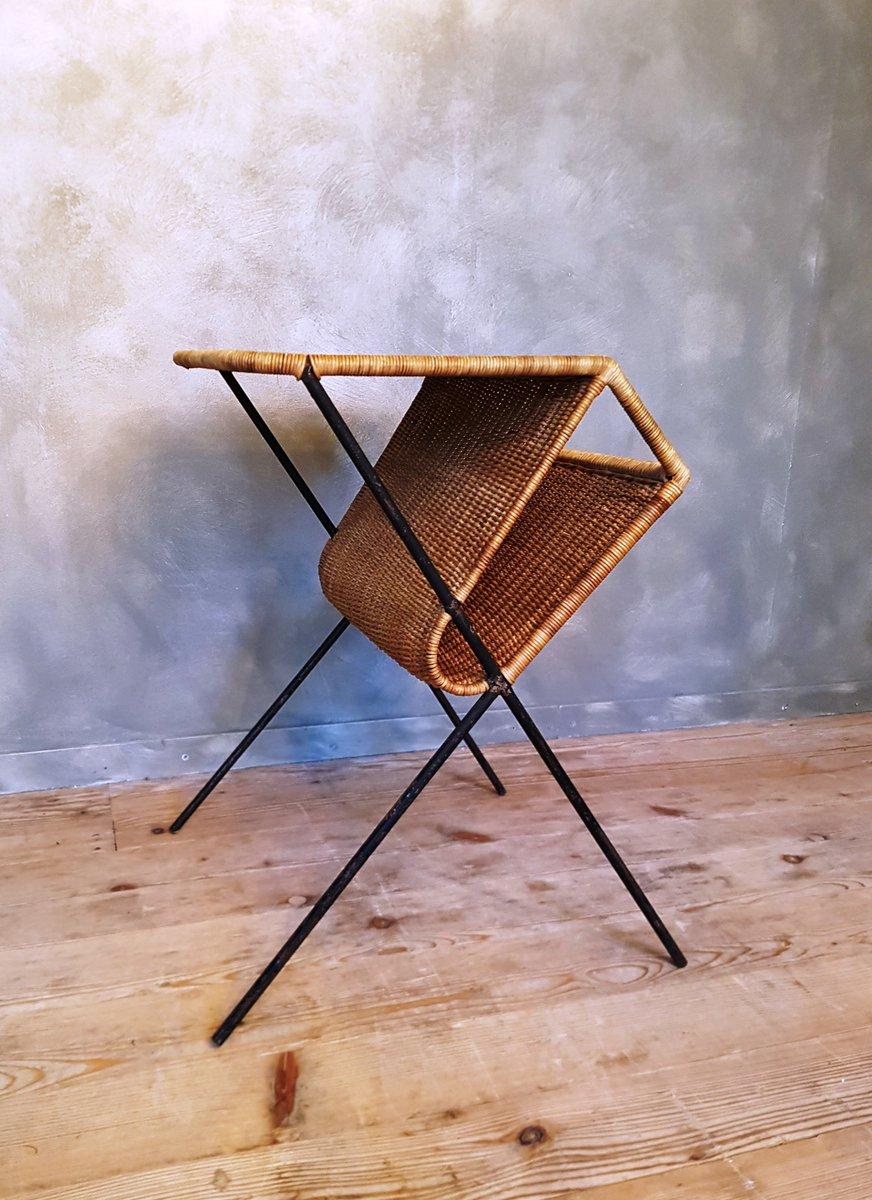 rattan beistelltisch mit zeitungsst nder 1950er bei pamono kaufen. Black Bedroom Furniture Sets. Home Design Ideas