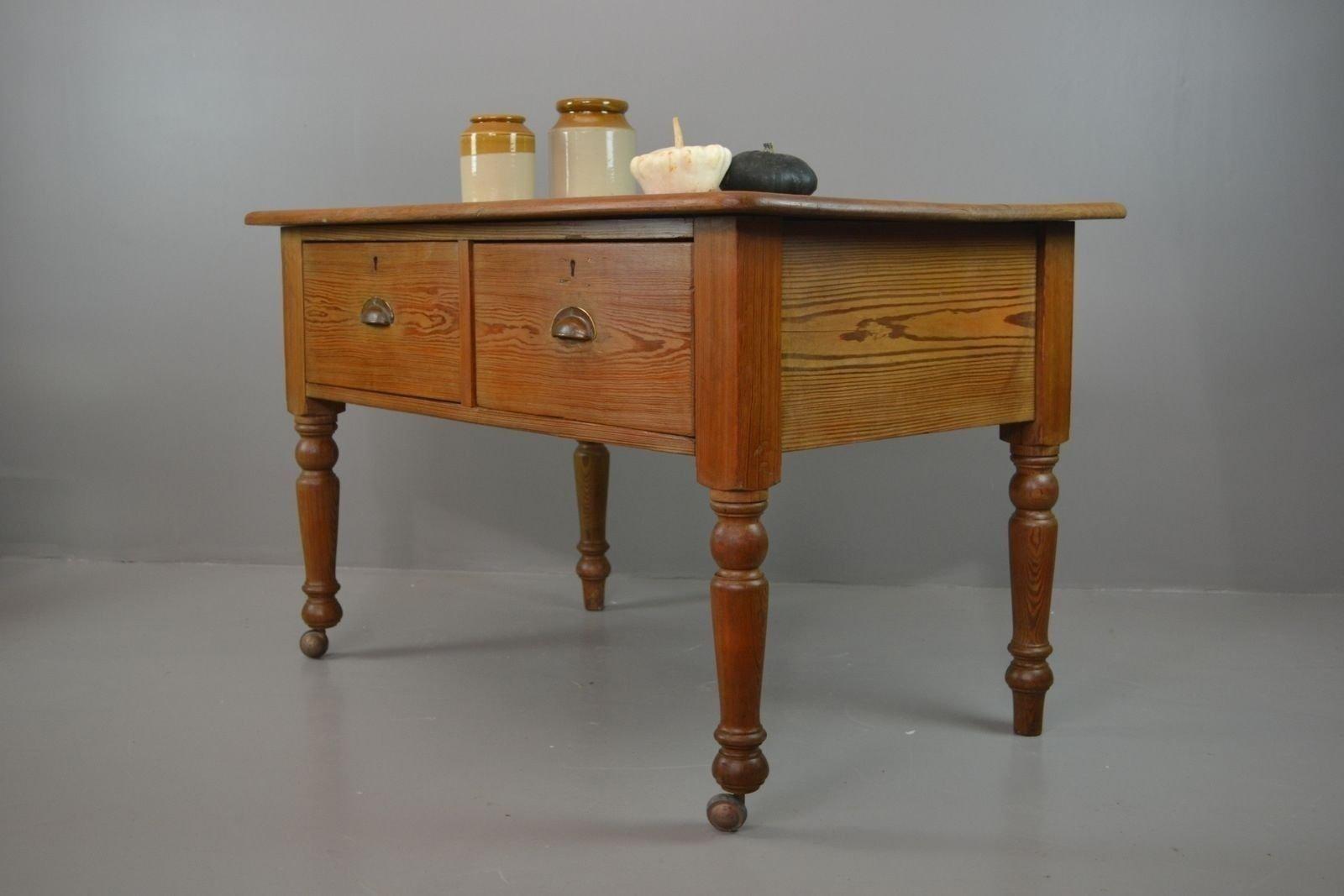 Mesa de cocina rústica antigua de pino