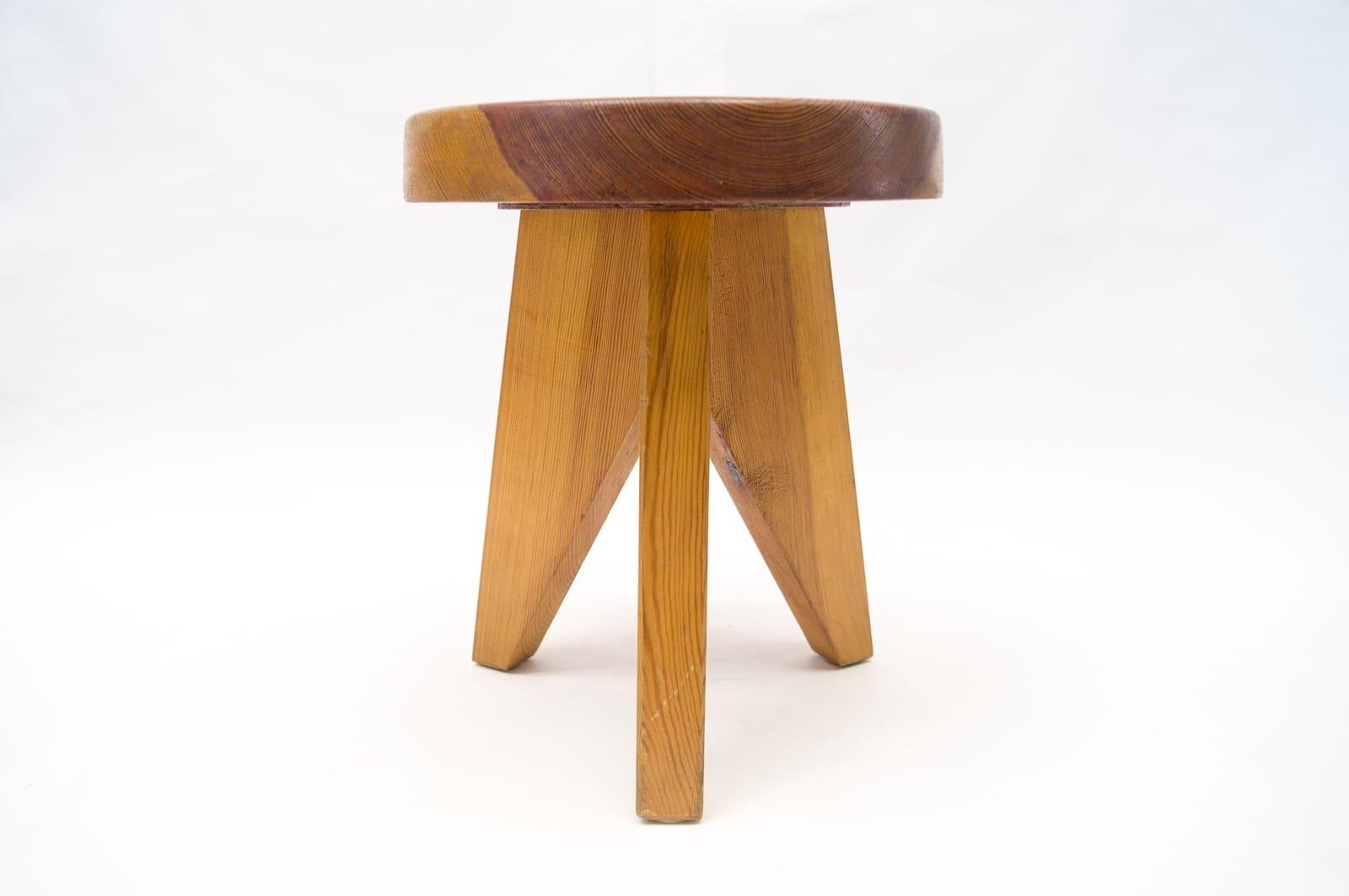Sgabello tripode in legno francia anni 60 in vendita su pamono