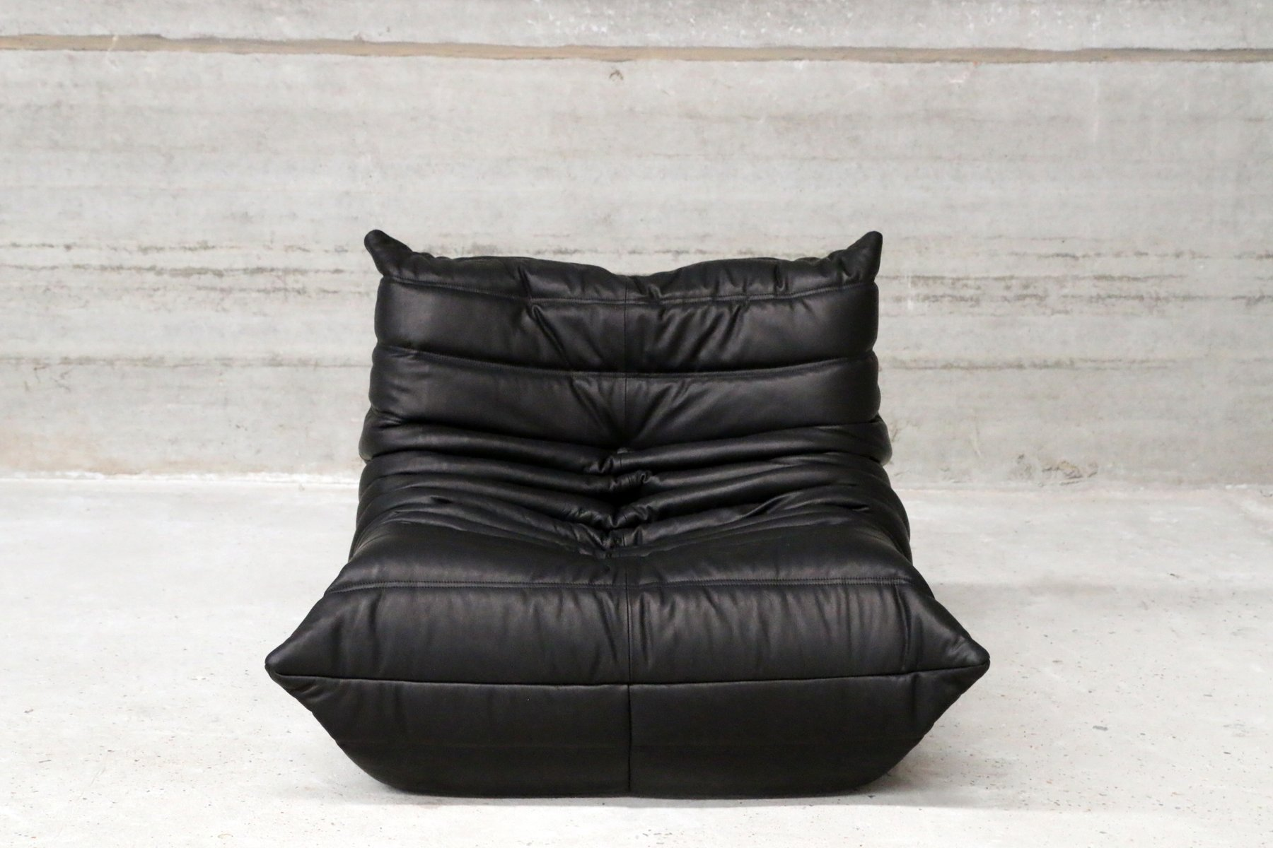 schwarzes vintage togo ledersofa ottoman von michel ducaroy f r ligne roset bei pamono kaufen. Black Bedroom Furniture Sets. Home Design Ideas