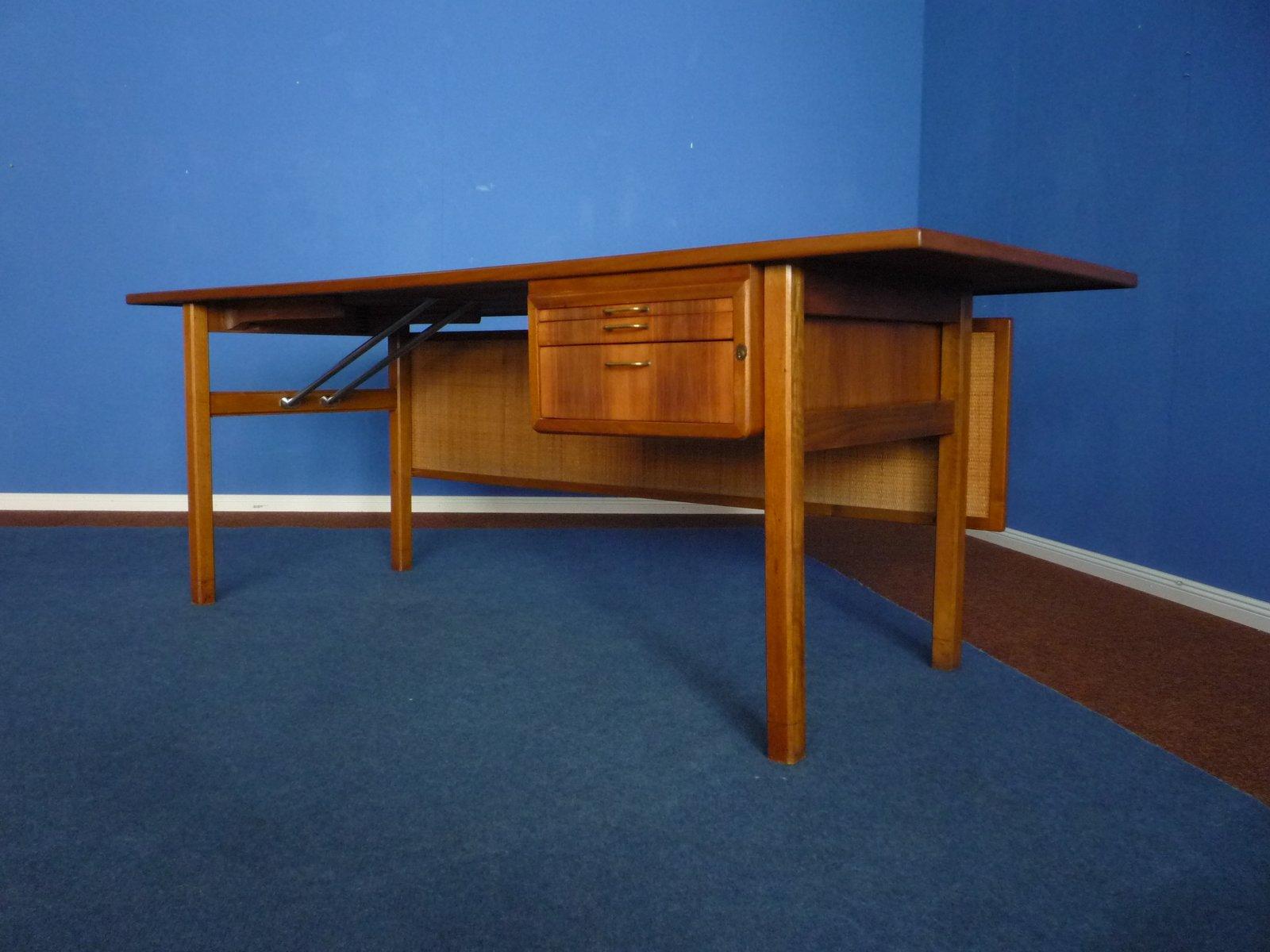 mid century walnuss schreibtisch mit geflochtener r ckwand 1950er bei pamono kaufen. Black Bedroom Furniture Sets. Home Design Ideas