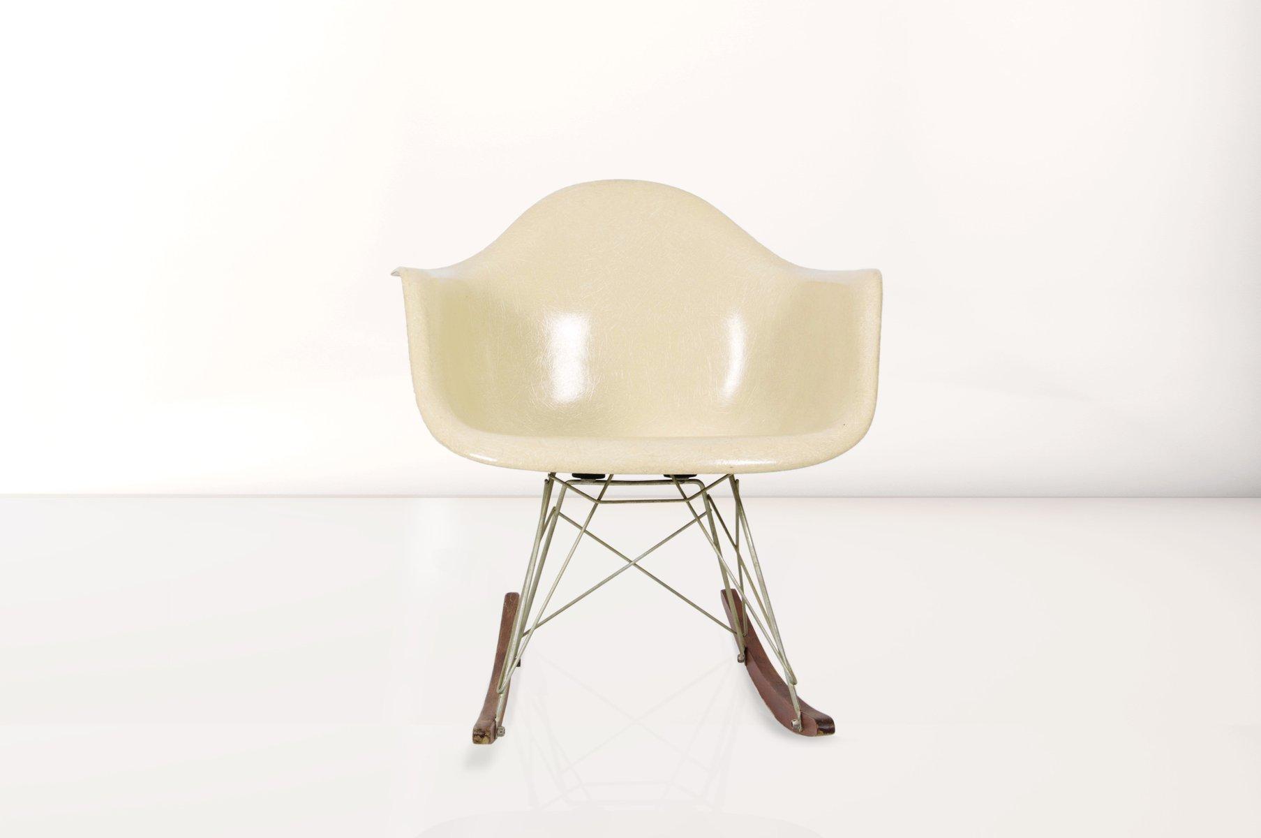 Vitra Sedia A Dondolo Eames Plastic Armchair Rar : Dal sedia con cuscino integrato collezione eames plastic