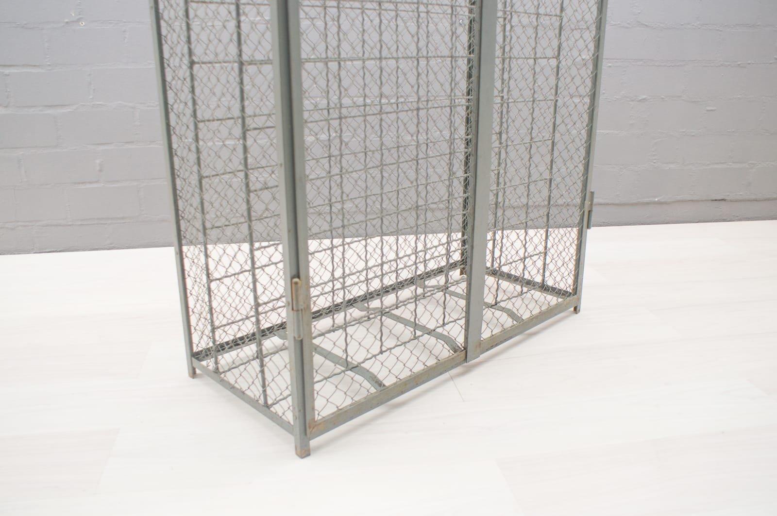 industrielles weinregal aus metall 1950er bei pamono kaufen. Black Bedroom Furniture Sets. Home Design Ideas