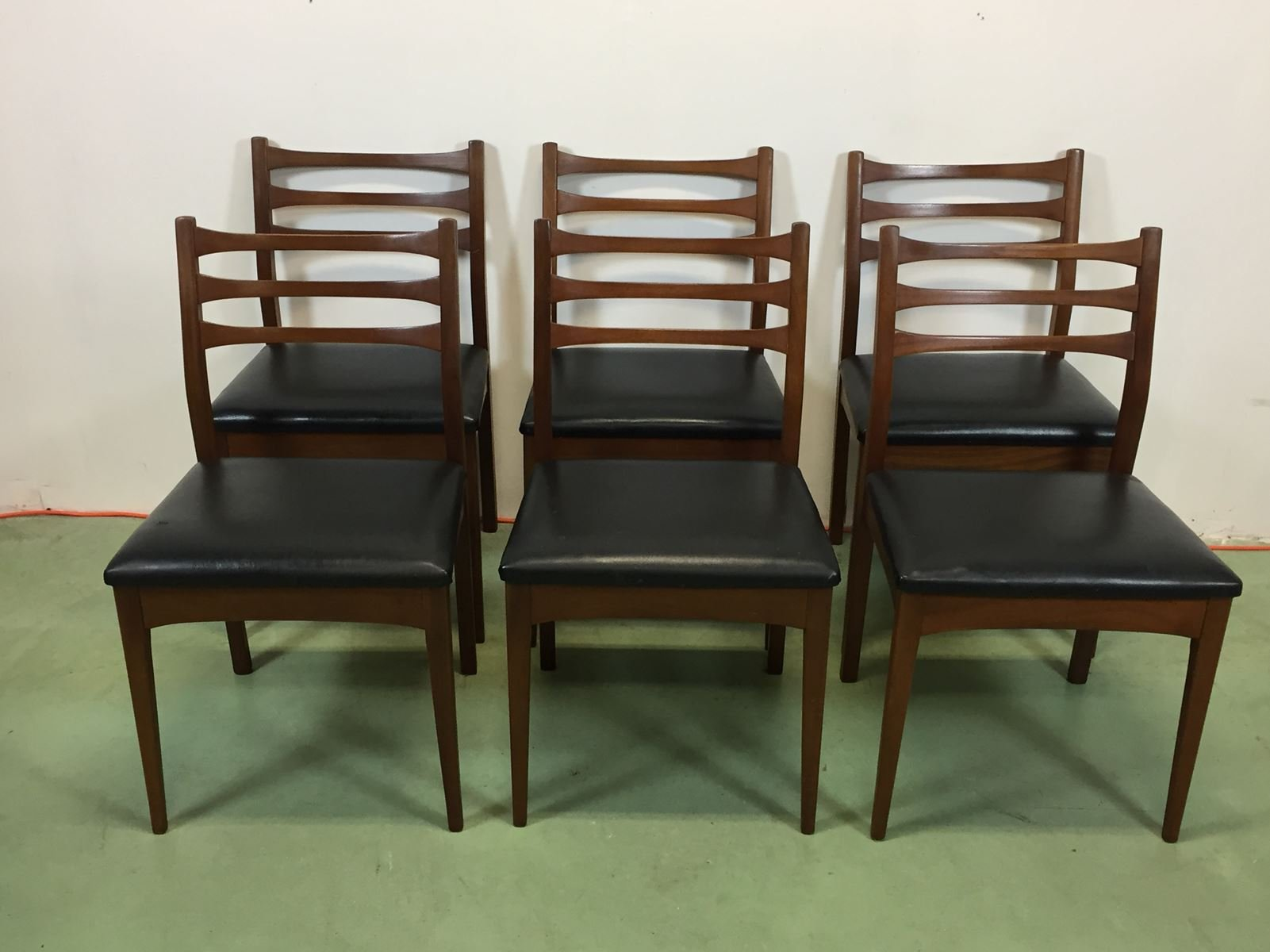 vintage st hle aus kunstleder und teak 6er set bei pamono kaufen. Black Bedroom Furniture Sets. Home Design Ideas