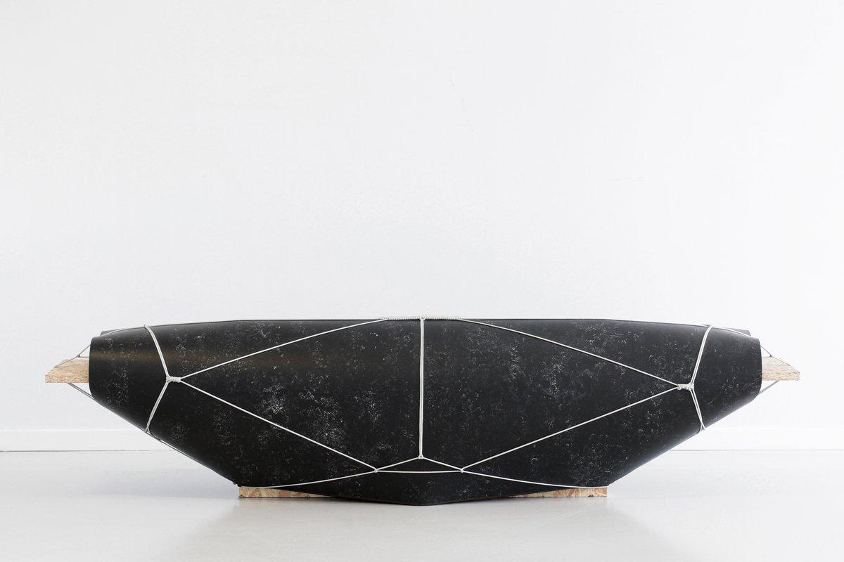 Schwarze Bound Bench von Maarten Kolk & Guus Kusters