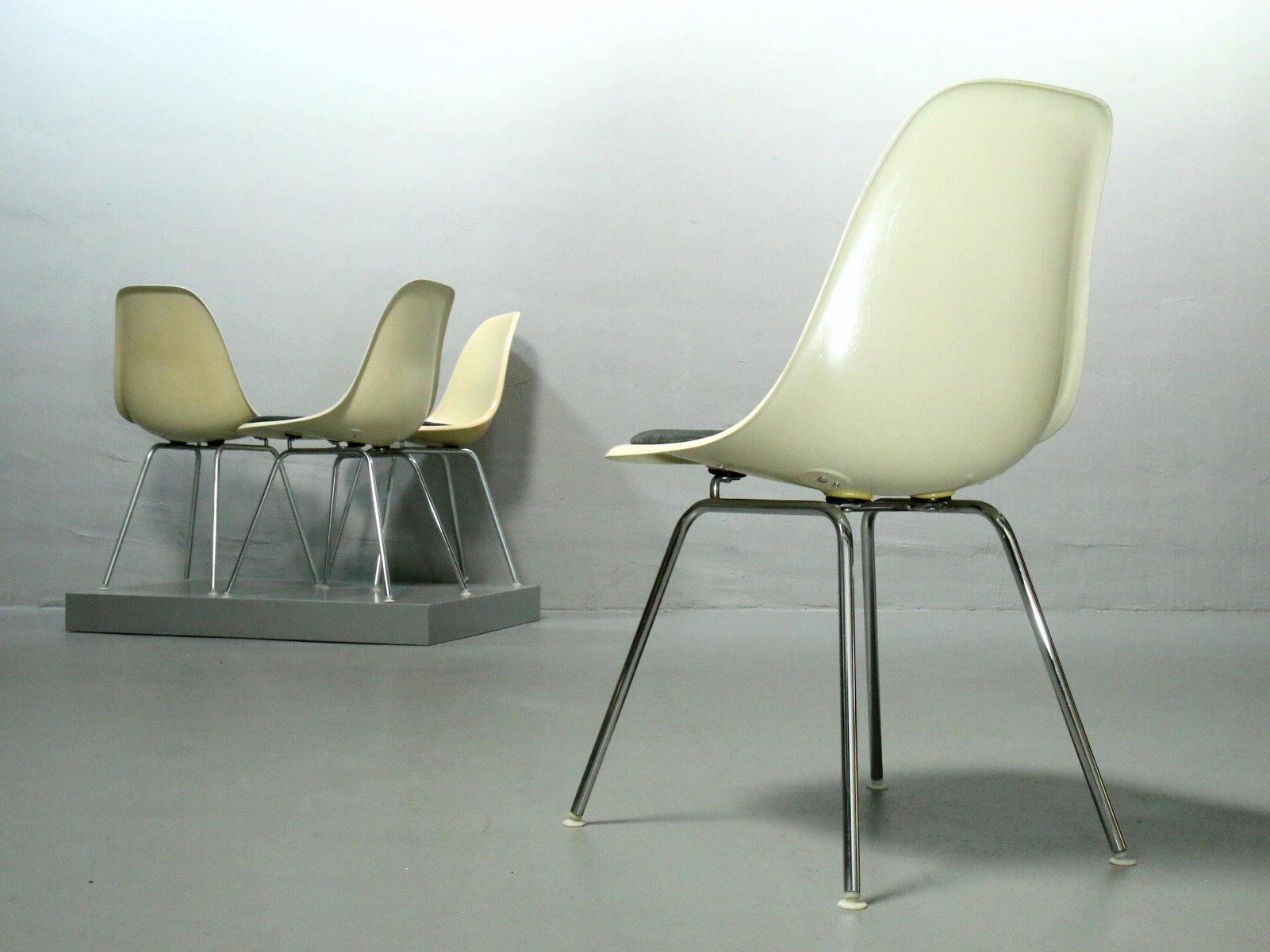 fiberglas st hle mit h gestellen von charles ray eames f r vitra 1970er 4er set 1980er bei. Black Bedroom Furniture Sets. Home Design Ideas