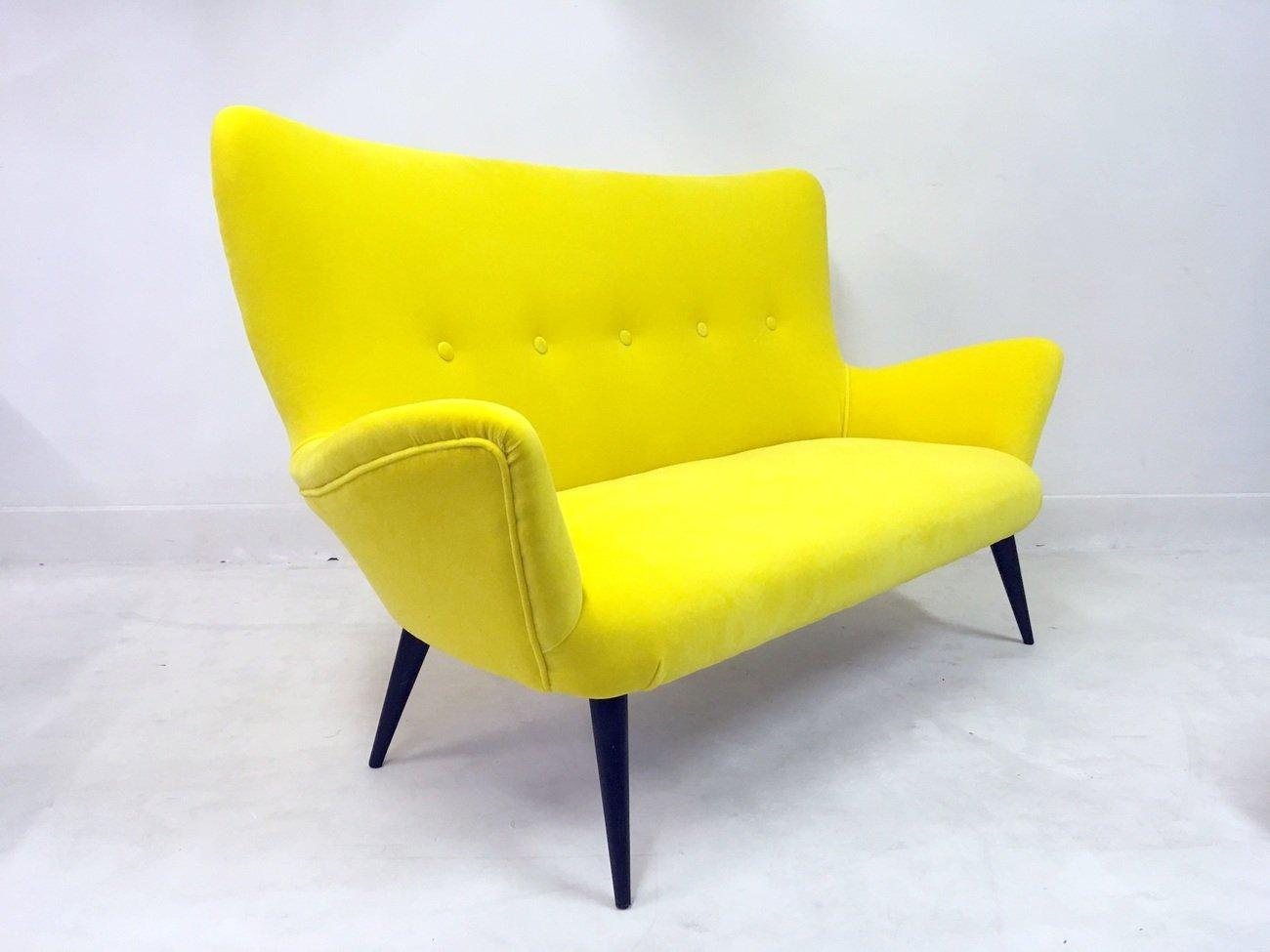 italienisches gelbes sofa und hocker aus samt 1950er 2er set bei pamono kaufen. Black Bedroom Furniture Sets. Home Design Ideas