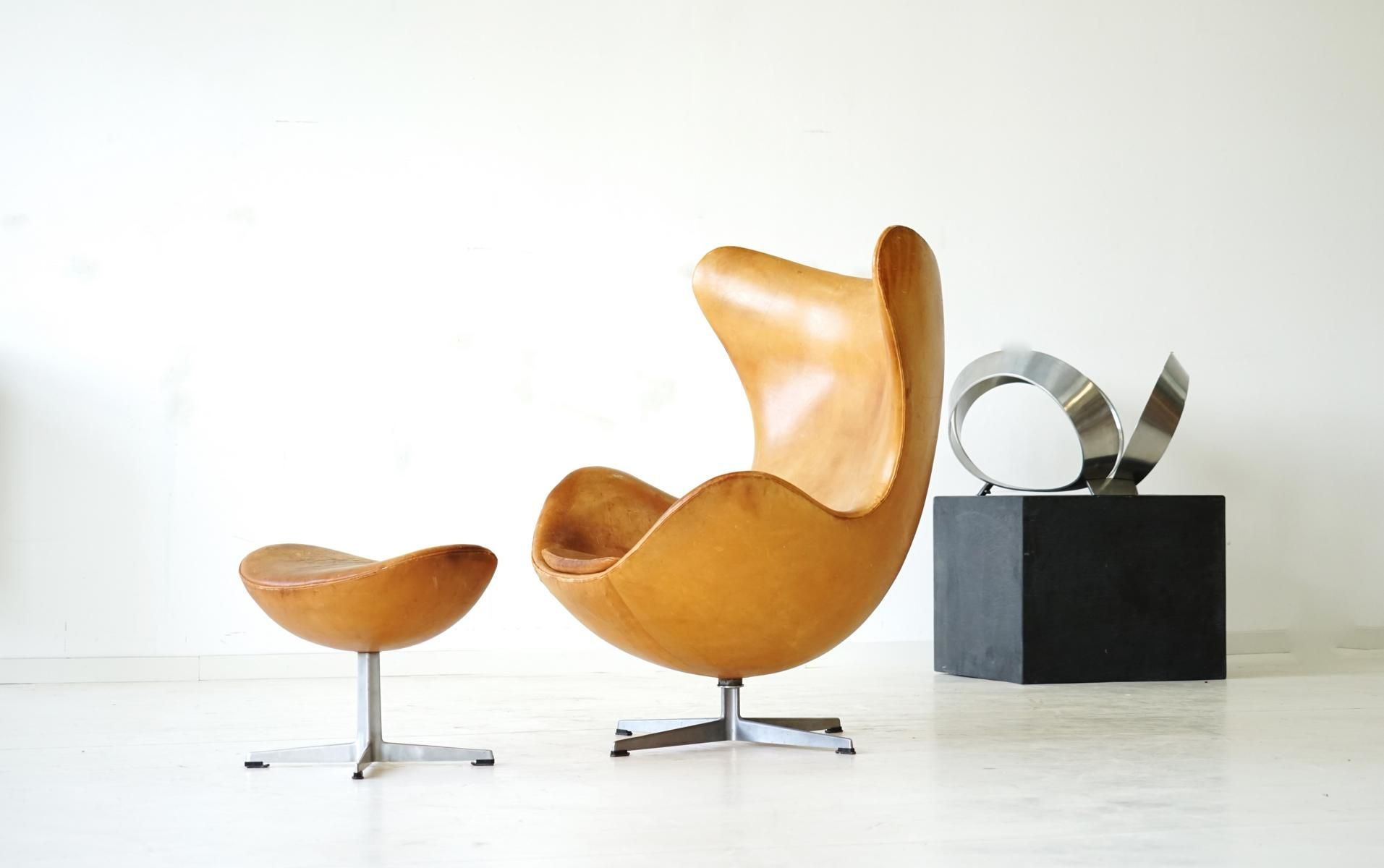 fauteuil egg et ottomane en cuir par arne jacobsen pour fritz hansen 1960s en vente sur pamono. Black Bedroom Furniture Sets. Home Design Ideas