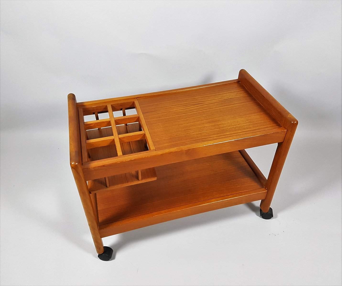 d nischer vintage servierwagen aus teak bei pamono kaufen. Black Bedroom Furniture Sets. Home Design Ideas